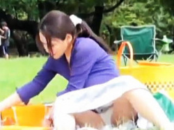 【盗撮動画】娘と一緒に公園にピクニックにやって来たユルユrお母さんの完熟パンチラと胸チラ♪の画像