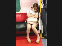 【盗撮動画】電車の優先席で居眠りしてるミニスカ美脚ギャルを対面から優先的にパンチラ撮ったった♪の画像