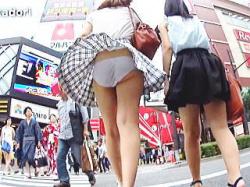 【盗撮動画】王道の風パンチラと強制逆さパンチラを撮られたカラオケ店に向かってる女子たち♪の画像