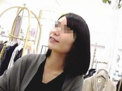 【盗撮動画】商談しながら逆さ撮り!一見お堅いリケジョ風にも見える店員さんの清楚系パンチラ♪の画像