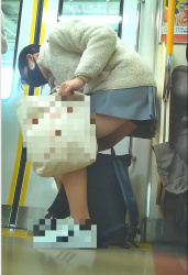 電車のドア付近に立ってるJKのパンチラや太もも!の画像