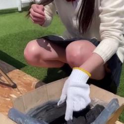 バーベキューを楽しむ女子高生のパンチラを盗撮した映像!の画像