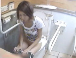 《動画》女子トイレで挙動不審なパイパンギャルと生理中のナプキンチェンジを隠し撮りの画像