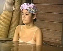 水着の日焼け跡クッキリの美少女、某旅館の露天風呂で従業員に盗撮されるの画像