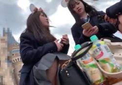 《動画》夢の国!カースト上位の美少女JKグループに付きまといパンチラ盗撮に励む不審人物の画像