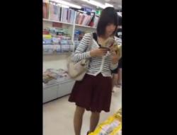 書店で立ち読み中の大人しくて若そうな3人の娘たちを逆さ撮りパンチラ盗撮の画像
