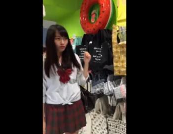 《逆さ撮り盗撮》このアイドル顔の美少女JKのパンチラがエロすぎて抜いたwwwwの画像