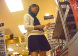 立ち読み中の美少女JC、綿の縞々ぱんつを繰り返し盗撮されてしまう(8分12秒)の画像
