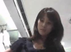 《逆さ撮り盗撮》超絶美人なアパレルショップ店員さんに接客してもらいながらTバック盗撮したったwwwの画像