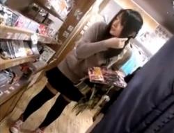 買い物中のニーハイJCのしゃがみ込みにカメラを合わせるパンチラ盗撮動画が秀逸wwwの画像