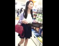 意外と若い? 黒髪清楚な女の子のヒラヒラスカートの中を逆さ撮りしたらやっぱり純白パンティだったwwの画像