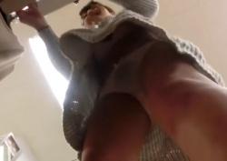 《盗撮動画》ワンピースでパンブラ丸見えの美人ショップ店員のこの動画がエロすぎてシコ不可避wwwの画像