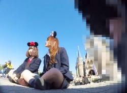 伝説のパンチラ動画。夢の国のSランク美少女JKを高画質カメラで盗撮する有能撮り師の画像