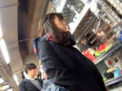 《動画》放課後デート中の美少女JKちゃんがパンチラ盗撮されまくっててワロタwwwの画像