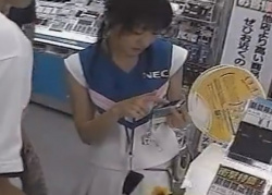 《動画》家電量販店にて、店員兼コンパニオンの美女のパンチラを盗撮に成功wwwwの画像