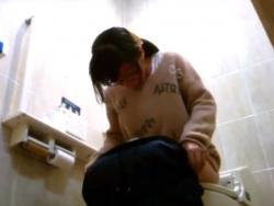 危険!本物盗撮!セ○ンイレ○ンの女子トイレで素人娘達の放尿の一部始終を記録する隠しカメラの画像