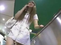 《盗撮動画》S級極上女子大生パンチラ!駅で執拗に粘着して逆さ撮りしまくる有能撮り師の画像