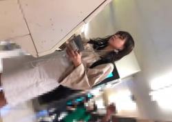 《盗撮動画》ストーキング中の激カワ女子大生を電車で逆さ撮りしたら白パンティだったwwwの画像
