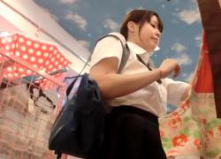 ミニスカポニテの激カワ美少女JKのサテンパンチラをデジカメで手撮り盗撮するアグレッシブ撮り師がこちらwwwの画像