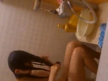 《民家盗撮》本物注意!窓を開けて入浴中の口リッ娘の無防備な裸体をこっそり覗き撮りの画像