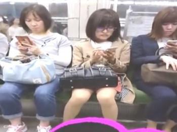 《盗撮動画》電車で見つけた大人しそうなメガネOLのエッチな股間にズームイン撮影wwの画像