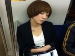 電車で爆睡している超美人OLちゃん、デルタゾーンから白パンティを盗撮されるwwwの画像