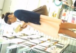 パンチラ盗撮の温床となっている文房具店でJDや美女を逆さ撮りしまくる変態がこちらの画像