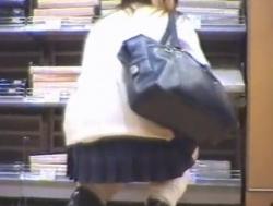 買い物中の上玉ギャルJKちゃんのしゃがみパンチラ盗撮。「具」が見えてるんだがwwwwの画像