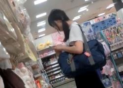 ツインテールの美少女JKを発見次第、即パンチラ盗撮を始める熟練撮り師の功績wwwwの画像