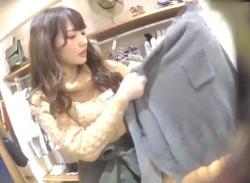 《盗撮動画》Sランク美人なショップ店員さん、スカートの中も純白サテンPで抜かりなしwwwの画像