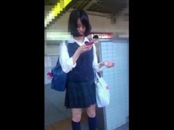 某アイドル激似の美少女JKちゃん、スカートめくりで恥ずかしすぎるパンチラを晒されるの画像