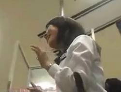 学校帰りのJCKたちを逆さ撮りでパンチラ盗撮した5分の動画が激シコすぎると話題wwwの画像