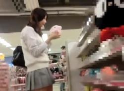 純白パンツの上玉美少女JKをスカートめくりするメンタル強者の盗撮動画が秀逸すぎる件wwwの画像