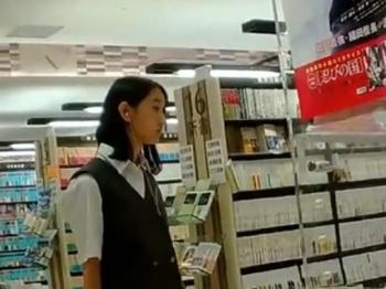 《盗撮動画》マジで美少女な制服JKが純白パンチラ逆さ撮りされててガチでシコいんだがwwwの画像