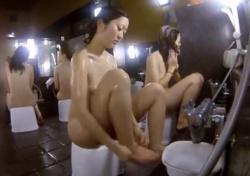 銭湯女子風呂専門の女撮り師さん、洗い場盗撮で自分が映り込んでしまうハプニングの画像
