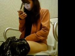 放尿中も片時もスマホを離さない残念美人ギャル、女子トイレで盗撮されるwwwの画像