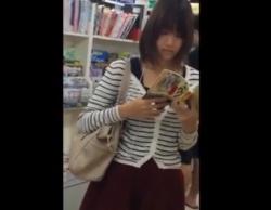エロとは無縁の清楚な美女達、書店でパンチラ盗撮のターゲットになってしまうの画像
