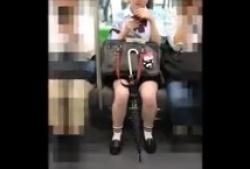 パンチラ盗撮・え?こんな可愛い子が小さめの食い込みパンティ履いてるなんての画像