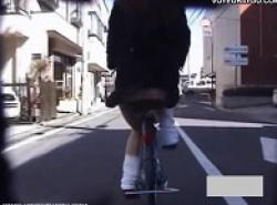 パンチラ盗撮・自転車にカメラつけて前の自転車制服女子を盗撮の画像