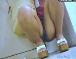 靴カメラで制服女子等に近づき後ろからパンチラ盗撮の画像