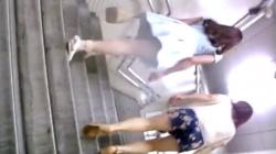 【逆さ撮り】某駅構内にて前を歩いてるスカートのお姉さん♡尾行して階段を登る後ろから、スカートの中のおパンティを盗撮の画像