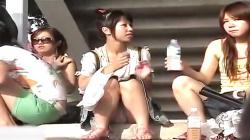 【美少女盗撮】座って飲料水を飲む女の子♡無防備なスカートの中からピンク色のおパンティ丸見えを対面座りで隠撮の画像