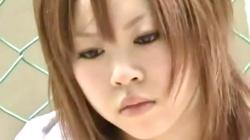 【ノーパン盗撮】携帯に夢中の女の子♡対面座りでパンチラかと思いきや?まさかのノーパンでオマ◯コのワレメ隠撮の画像