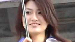 【レースクィーン盗撮】カメコのオカズはRQ♡日傘をさすお姉さんのハイレグ股間をズームアップして隠撮の画像