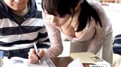 【胸チラ盗撮】昔の復習した?おっぱいの大きい現役女子大生の家庭教師を親がいない日に◯した映像の画像