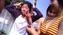 【胸チラ盗撮】夏休みの市民プールにて、◯学生風の水着の女の子♡おっぱいの谷間や水着姿の女子を隠撮の画像