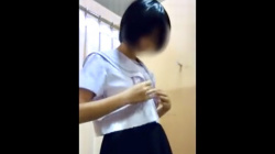 【着替え盗撮】夏休み前のショッピングモールを徘徊してた制服女子♡試着室に仕込んだカメラにてスク水着に着替える姿を隠撮の画像