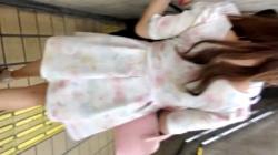 【パンチラ盗撮】街中を普通に歩いてる可愛い女の子に偶然をよそい声をかけて、背後からスカートめくりして花柄ショーツを隠撮の画像