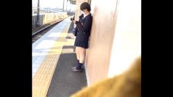 【パンチラ盗撮】ショートカットが可愛い制服女子♡電車内にて対面座りから三角ゾーンの聖域を隠撮の画像