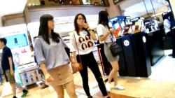 【パンチラ盗撮】海外の若者が集う人気ショッピングモールにて!むっちりお尻の美脚お姉さん♡スカートの中を逆さ撮りで隠撮の画像